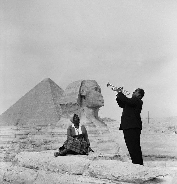 Каир. Луи Армстронг играет для своей жены. 1962